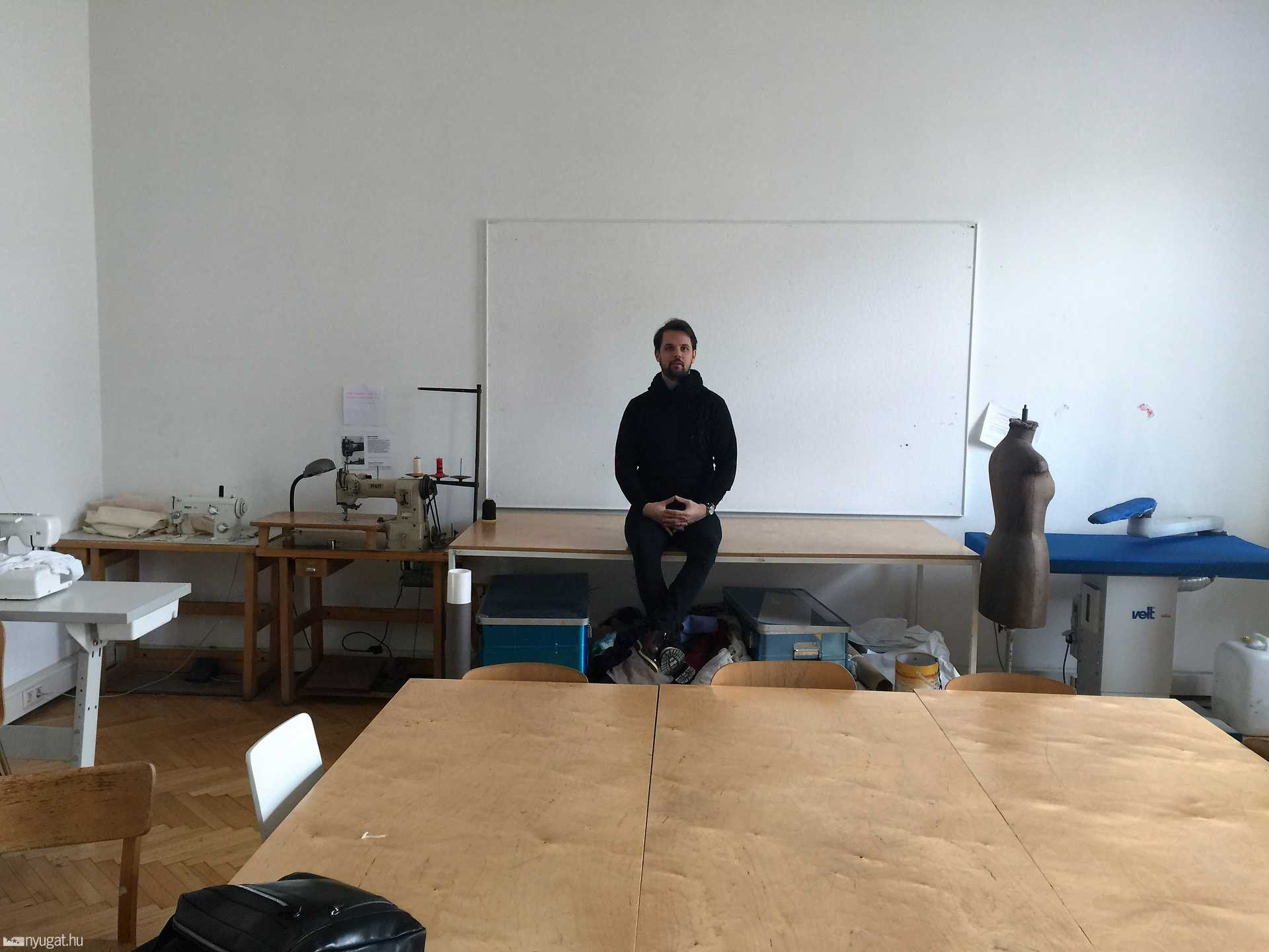László a tanári asztalon, ahonnan az órakat tartja