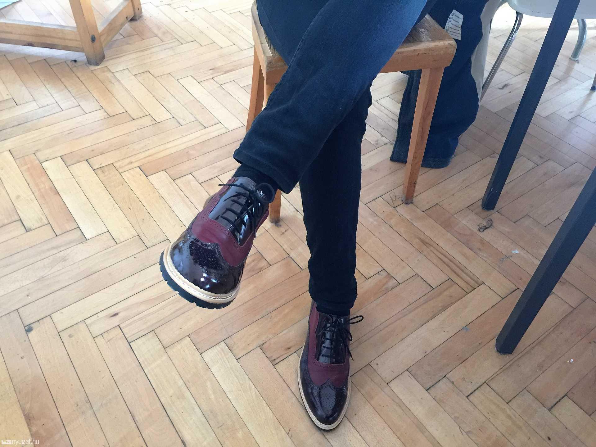 László stílusosan saját tervezésű cipőjében érkezett a baráti interjúra