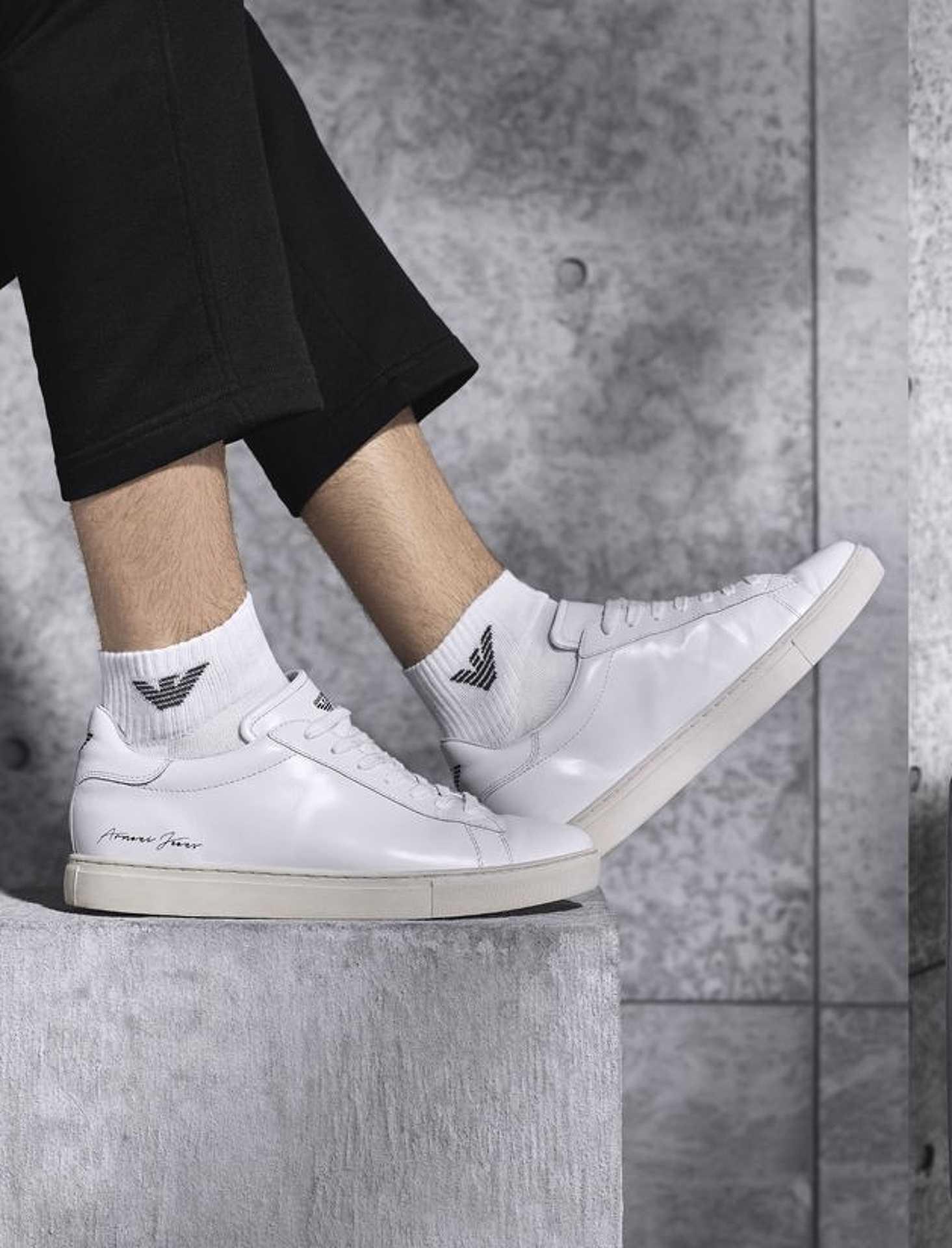 Armani megmutatja, hogy a fehér cipő,fehér zokni kombó a tavasz legjobb választása.