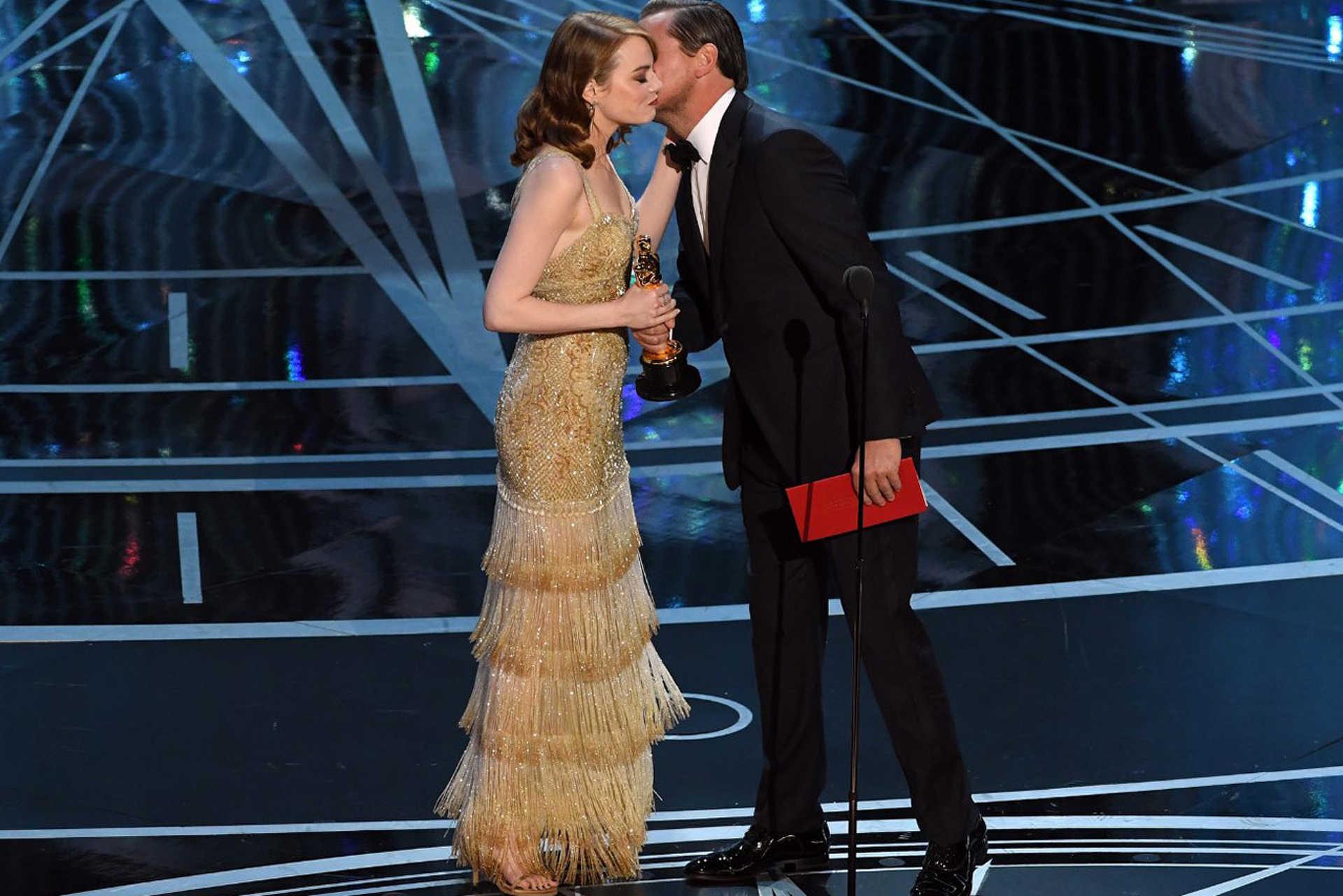 Emma Stone meg DiCapriotól kapott egy szobrocskát meg puszit is