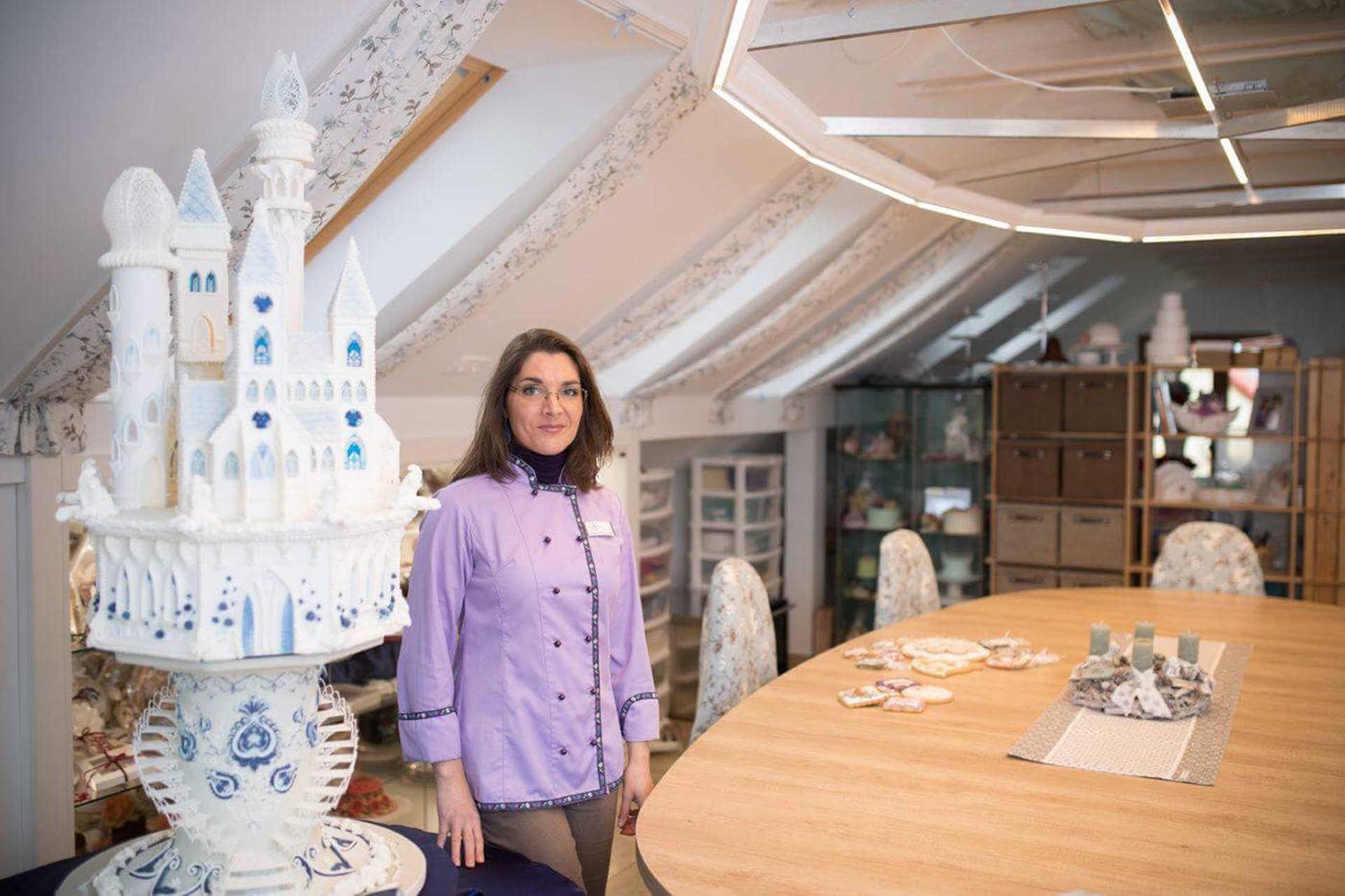 A cukormázas tortadíszítésnek Angliában 150 hagyománya van. Vargáné Orbán Anikó kreativitása kellett a hatalmas sikerhez