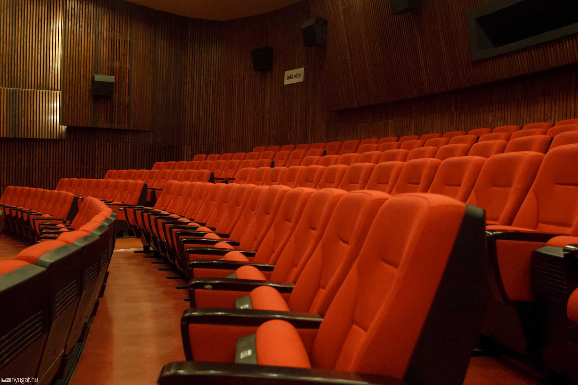 Még kedvesen és csendesen várnak a székek, de amint megjelennek az emberek, az egész átalakul egy harctérré